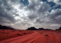 Пустыня, над которой идут кроваво-красные дожди (+ ВИДЕО)