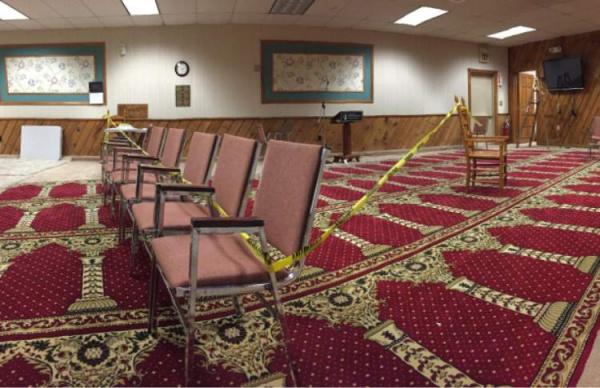 Оцепленное помещение мечети после обстрела.