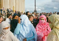 Премьер Франции: экстремизм лидирует в идеологической войне
