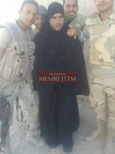 Египетские военные с боевиком ИГИЛ в женской одежде.