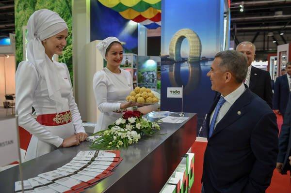 Рустам Минниханов у татарстанского стенда на выставке.