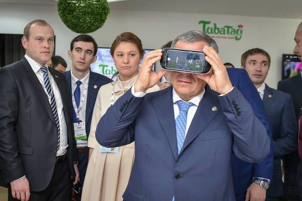 Рустам Минниханов остматривает выставку инвестиционного форума.