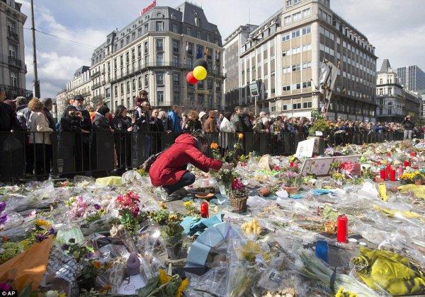 Цветы в память о жертвах терактов.