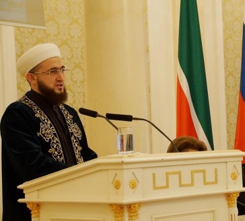 Камиль хазрат Самигуллин выступает с докладом.