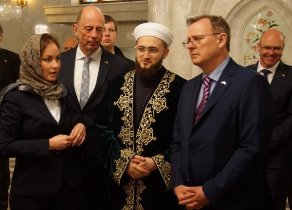 """Гостям из ФРГ рассказывают о мечети """"Кул Шариф""""."""