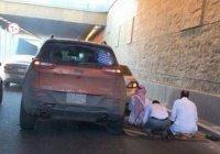 Намаз на трассе в Саудовской Аравии вызвал восхищение в сети
