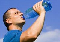 Почему нежелательно пить воду стоя?