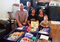 Семья сирийских беженцев собирает гуманитарную помощь для канадцев, пострадавших от пожаров
