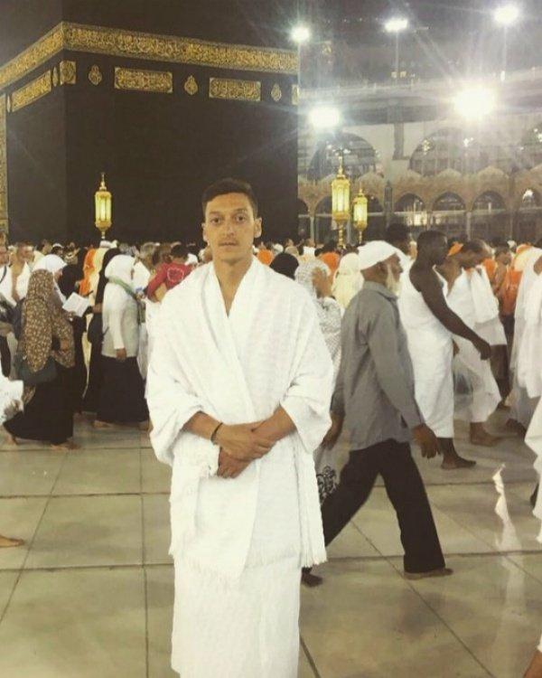 Всемирно известный футболист Месут Озил совершает умру (ФОТО)
