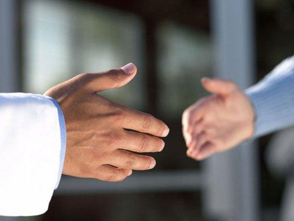 Штраф за отказ от рукопожатия.