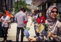 Американские мусульмане одарили сотни прохожих любимыми цветами Пророка (ﷺ)