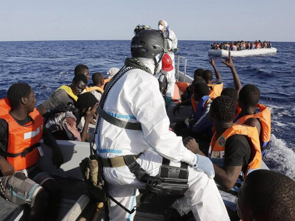 На перевернувшейся лодке могли находиться до 700 мигрантов.