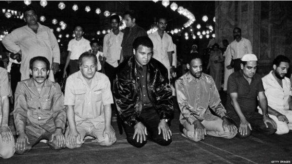Мохаммед Али совершает намаз.