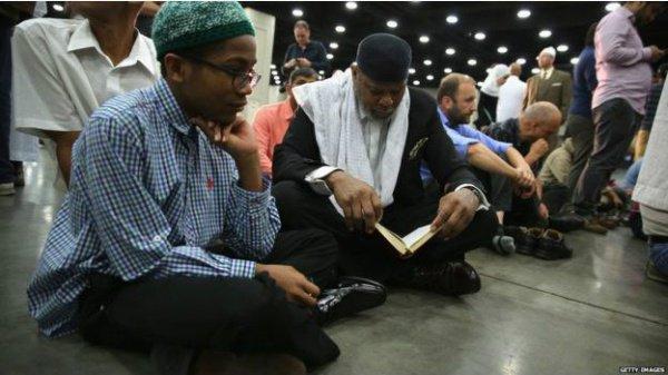 Мусульмане на похоронах.
