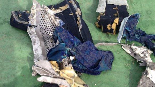 Обломки рухнувшего самолета.