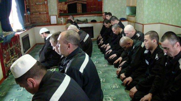 Заключенные на коллективной молитве.