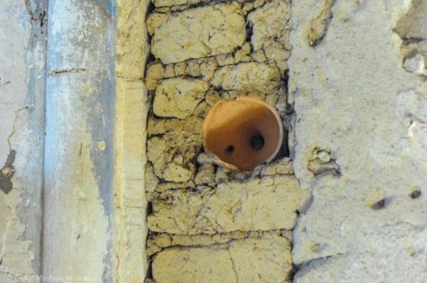 Глиняные кувшины в стенах мечети.