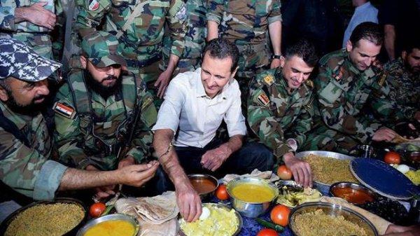 Башар Асад с военнослужащими.