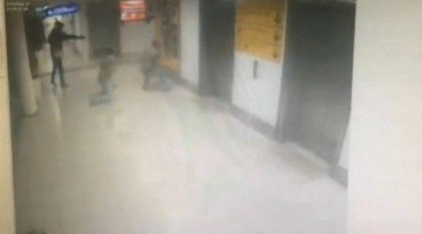 Террорист стреляет в полицейского.