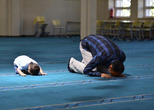Когда наступает пятница, на каждой двери мечети находятся ангелы, которые записывают людей по мере их прихода