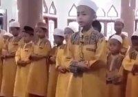 Ребенок ведет таравих-намаз
