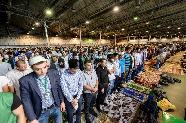 Более 10 тысяч мусульман отпраздновали Ураза-байрам в московских