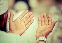 Обязательно ли поднимать руки во время дуа?