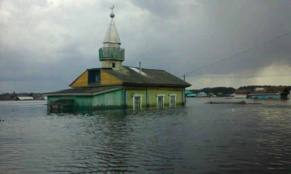 Оказавшаяся под водой мечеть поселка Тукуз.