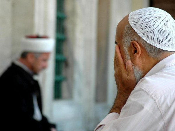Почему мусульмане после молитвы протирают руками лицо?