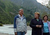 Меркель прогулялась с президентом Киргизии