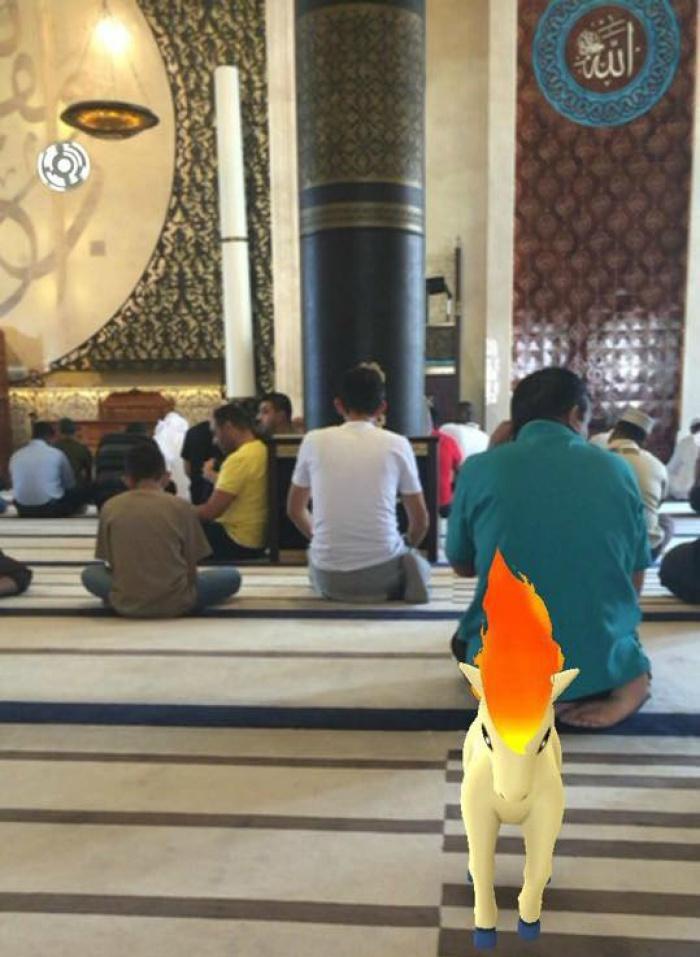Вездесущие покемоны облюбовали место рядом с третьей святыней ислама