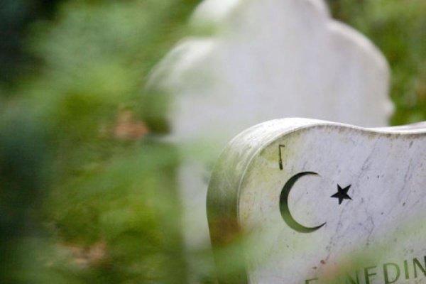 Дозволяет ли ислам хоронить умерших в гробу?