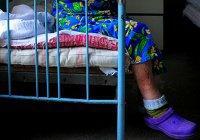 Мужчина спрятался под кроватью от алиментов