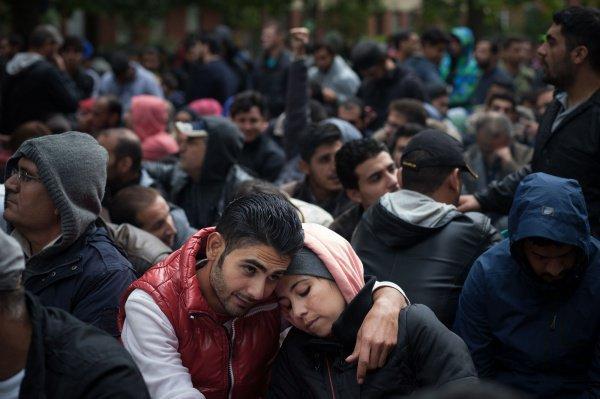 ВГермании компания лишилась договора из-за шуток огильотинах для беженцев