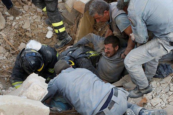 Жертвами землетрясения стали около 300 человек.