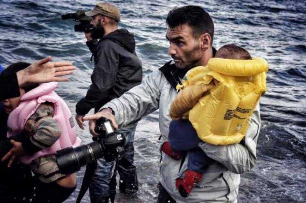 Фотограф спасает малыша.