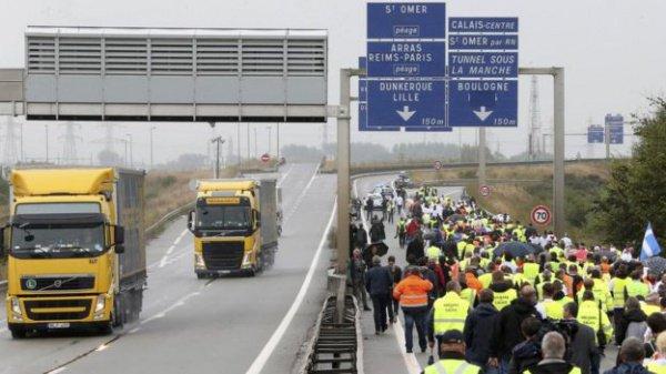 Во Франции сотни демонстрантов требуют уничтожить лагерь беженцев