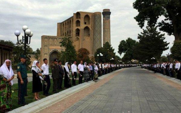 Очереди к могиле Ислама Каримова.