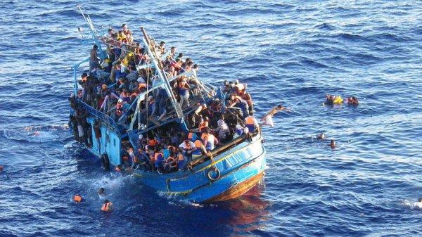 Рыболовецкая шхуна с мигрантами.