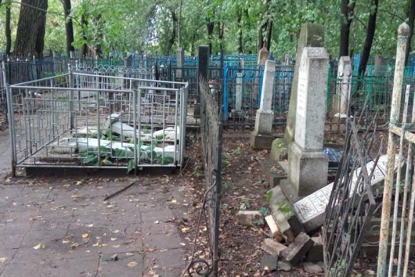 Погром на Ново-татарском кладбище.
