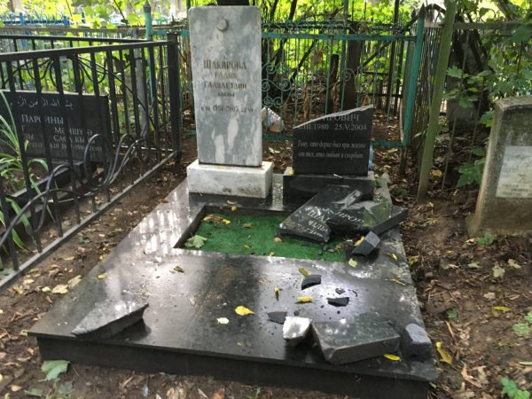 На мусульманском кладбище разгромили более сотни могил (Фото)