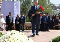 Президент Казахстана посетил могилу Ислама Каримова