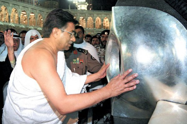 Почему паломники целуют черный камень?