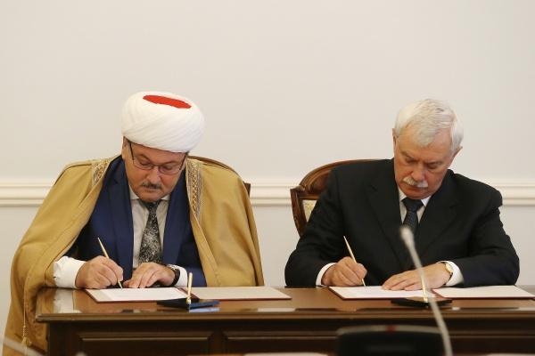 Муфтий Равиль Панчеев и Георгий Полтавченко на подписании Соглашения.