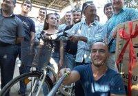 Пенсионера, доехавшего до могилы Каримова на велосипеде, встретили как героя