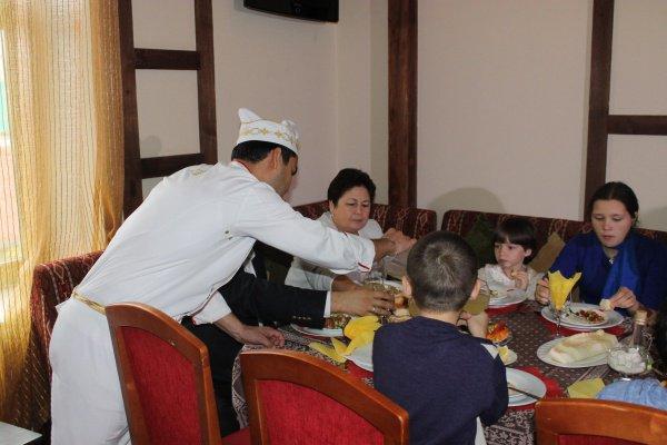 Воспитанников приюта «Гаврош» пригласили в турецкий ресторан