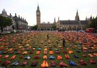 Жуткие фото: жилеты погибших сирийских беженцев выложили на главной площади Лондона