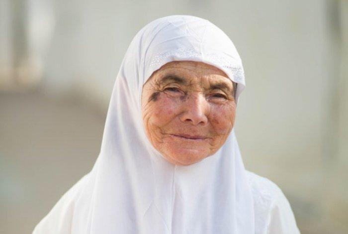 76-летняя паломница из Таджикистана. После того, как я сфотографировала ее, она трижды поцеловала меня в обе щеки