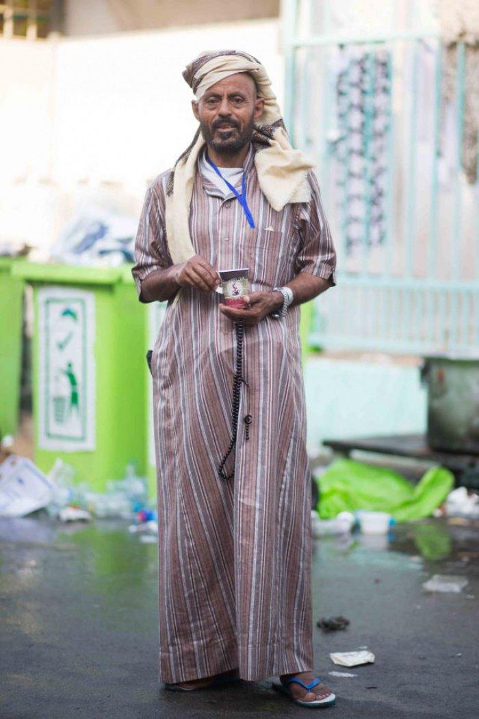 Паломник из Йемена с утренней чашкой йеменского кофе