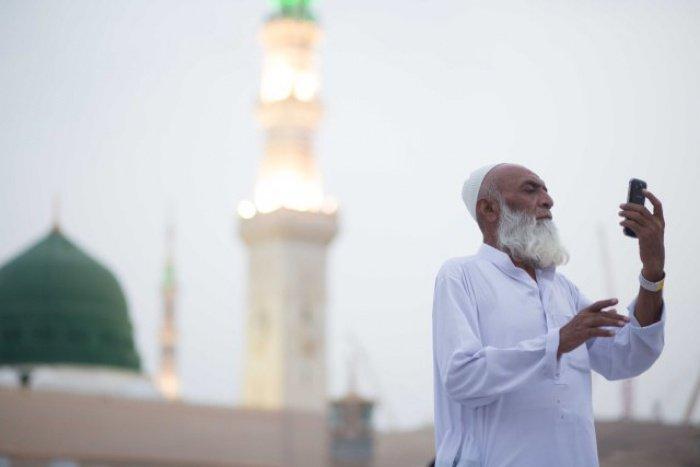 Паломник из Индии делает селфи на фоне мечети Пророка в Медине